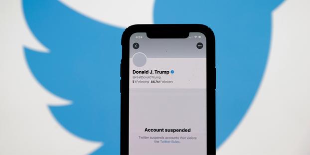 Portable montrant le compte Twitter de Trump suspendu