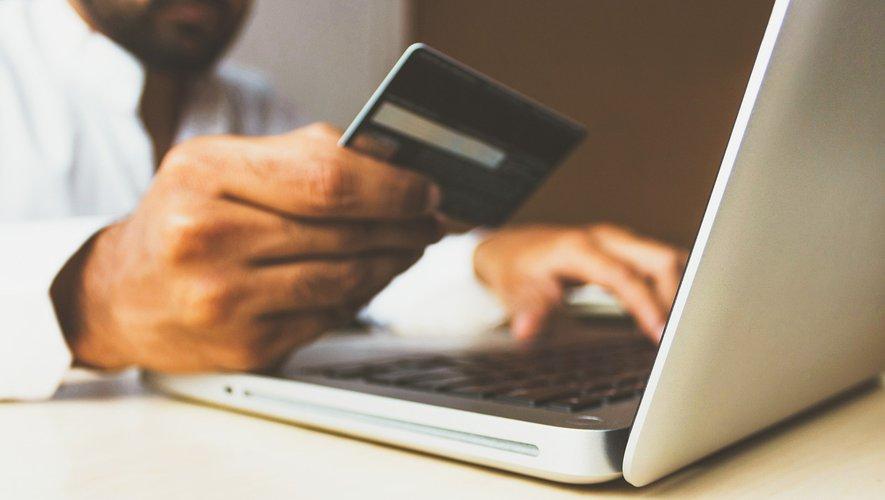 Homme qui effectue un paiement en ligne